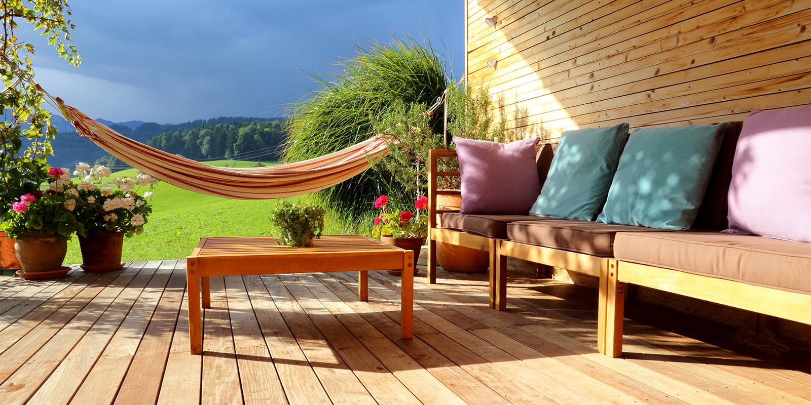 Frühjahrsputz für deinen Außenbereich: So machst du Balkon und Terrasse fit für den Frühling