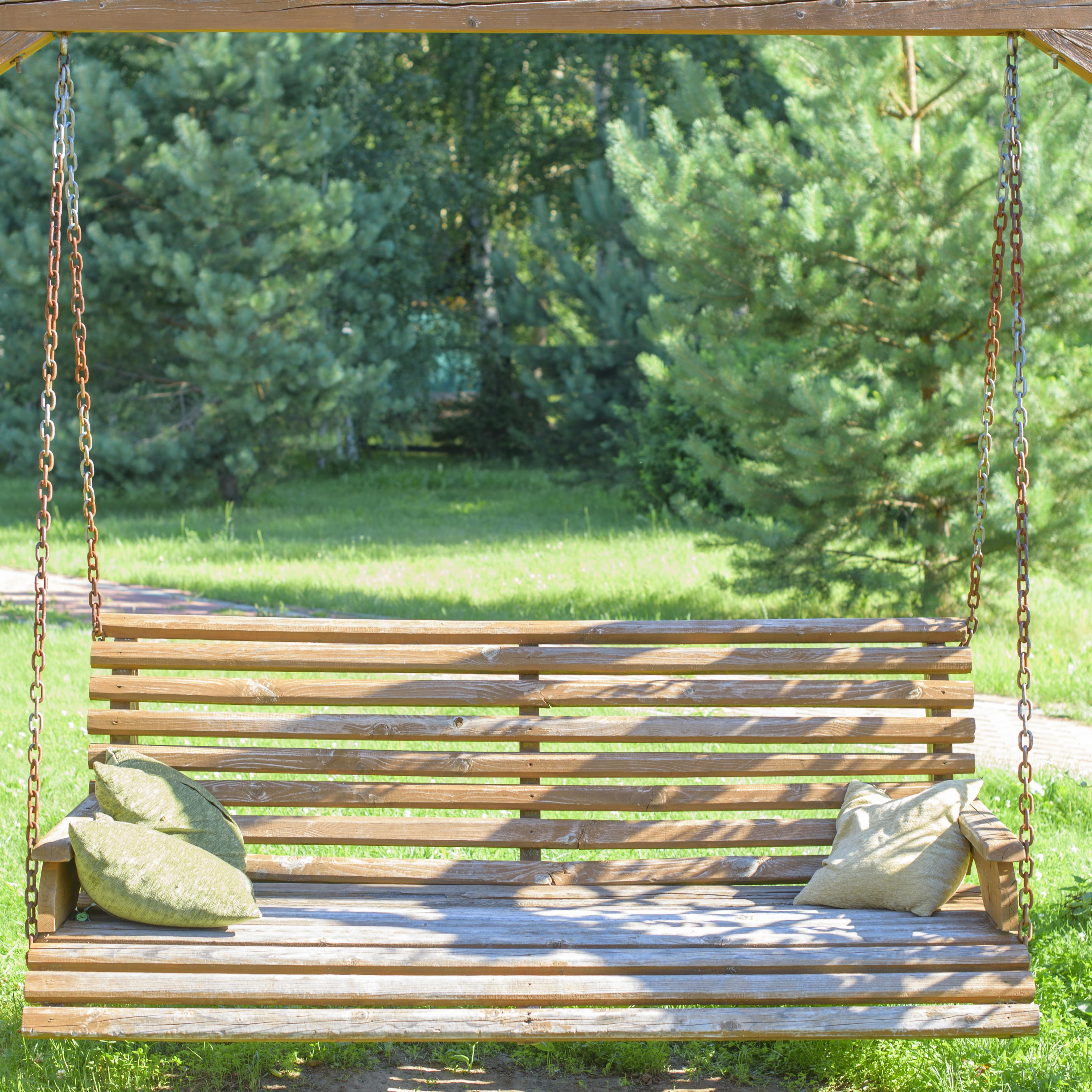 So baust du eine Schaukelbank für deinen Garten